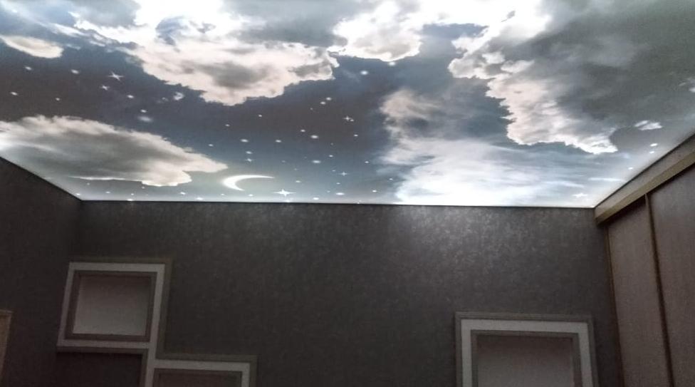 Светящееся ночное небо на натяжном потолке...Завораживает..